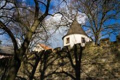 Eleve-se atrás da parede da fortificação, dia ensolarado do outono, Tabor, República Checa Fotografia de Stock