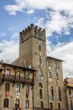 Eleve-se com bandeiras e protetores em Piazza Grande de Arezzo fotos de stock