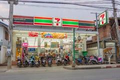 7-Eleven i aftonen i PAI, Thailand Arkivbild