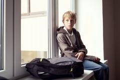 Eleven sitter på ett fönster Arkivfoto