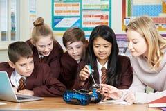Elever och lärare In Science Lesson som studerar robotteknik royaltyfria bilder
