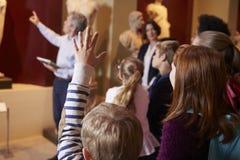 Elever och lärareOn School Field tur till museet med handboken Royaltyfri Bild