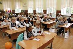 Elever på ett skolaskrivbord på en kurs på skolan - den Ryssland Moskva den första högstadiet första klass b - September 1 2016 Arkivbild