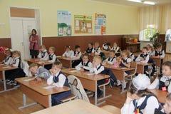 Elever på ett skolaskrivbord på en kurs på skolan - den Ryssland Moskva den första högstadiet första klass b - September 1 2016 Royaltyfria Bilder