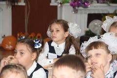 Elever på ett skolaskrivbord på en kurs på skolan - den Ryssland Moskva den första högstadiet första klass b - September 1 2016 Royaltyfri Bild
