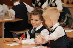 Elever på ett skolaskrivbord på en kurs på skolan - den Ryssland Moskva den första högstadiet första klass b - September 1 2016 Arkivbilder