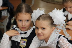Elever på ett skolaskrivbord på en kurs på skolan - den Ryssland Moskva den första högstadiet första klass b - September 1 2016 Fotografering för Bildbyråer