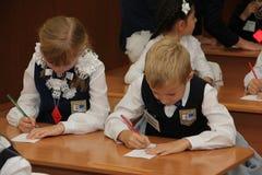 Elever på ett skolaskrivbord på en kurs på skolan - den Ryssland Moskva den första högstadiet första klass b - September 1 2016 Arkivfoto
