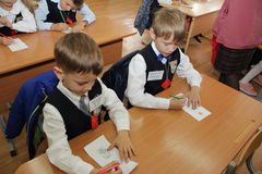 Elever på ett skolaskrivbord på en kurs på skolan - den Ryssland Moskva den första högstadiet första klass b - September 1 2016 Arkivfoton