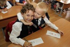Elever på ett skolaskrivbord på en kurs på skolan - den Ryssland Moskva den första högstadiet första klass b - September 1 2016 Royaltyfria Foton