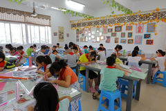 Elever på hemslöjdkurs av det kinesiska papper-snittet Arkivbilder