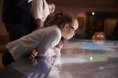 Elever på skolafälttur till museet som ser översikten royaltyfri bild