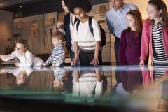 Elever på skolafälttur till museet som ser översikten royaltyfria bilder