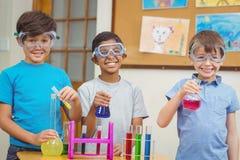 Elever på vetenskapskursen i klassrum royaltyfria bilder