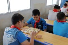 Elever på kinesisk schackkurs Arkivbild