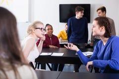 Elever som har konversation på fördjupningen royaltyfria foton