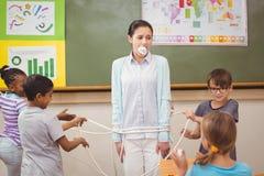 Elever som springa omkring i vilt tillstånd i klassrum arkivfoto