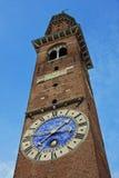 Elevi con l'orologio nella basilica Palladiana del mattone rosso nel vicenz Fotografia Stock Libera da Diritti