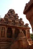 Elevi con le rocce non finite in rathas del mahabalipuram- cinque Immagini Stock