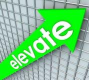 Elevi l'aumento verde della freccia di parola che eleva il più alto miglioramento Fotografie Stock