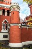 Elevi sulla parete della fortezza del palazzo di Petroff, Mosca, Russia Fotografie Stock