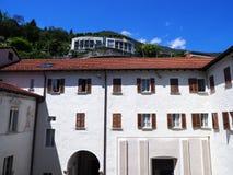Elewacja biały średniowieczny podwórze Madonny Del Sasso kościół w Locarno mieście na Jeziornym Maggiore w Szwajcaria fotografia royalty free