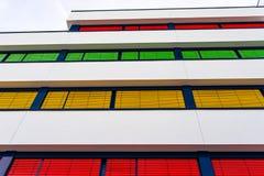 Elewacja nowożytny budynek biurowy z różnymi kolorami story na each podłodze obraz stock