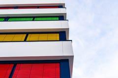 Elewacja nowożytny budynek biurowy z różnymi kolorami story na each podłodze zdjęcie stock