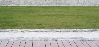 Elewacja szalunku taras, zielonej trawy gazon i depresja wzrost, fotografia royalty free