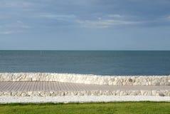 Elewacja szalunku tarasowego i niskiego wzrosta kamienna ściana z s fotografia royalty free