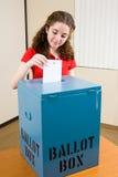 Elezione - il giovane elettore lancia la scheda elettorale Fotografia Stock Libera da Diritti
