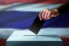 Elezione nel concetto della Tailandia Passi la caduta della carta del voto nella t immagini stock