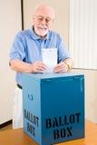 Elezione - scheda elettorale del pezzo fuso dell'uomo maggiore Fotografia Stock