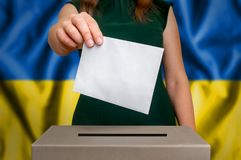 Elezione in Ucraina - votando all'urna immagine stock