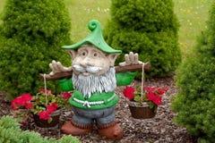 Elf, der rote Blumen anhält Stockfotos