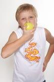 Elf Jahre alte Junge mit einem Apfel Stockfoto