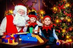 Elf met Kerstman stock afbeeldingen