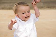 Elf-Monats-altes Baby, das auf dem Strand spielt Lizenzfreies Stockfoto