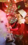 Elfe auf Regal spielt eine Melodie stockbilder