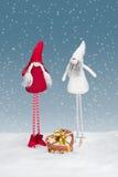 Elfe des Weihnachten zwei mit einem Weihnachtsgeschenk Lizenzfreie Stockbilder