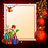 Elfe, die vor weißem Zeichen und vielen Geschenken stehen Stockfotos