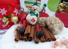 Elfe, Lebkuchen, Zimtstangen und Weihnachtsdekoration Stockbild