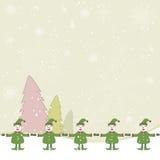 Elfe mit Schnee- und Kieferhintergrund Stockbilder