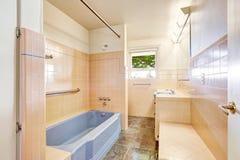 Elfenbeinbadezimmer mit blauer Badewanne Lizenzfreie Stockfotografie