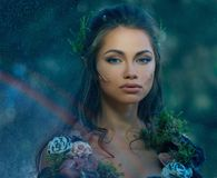 Elfenfrau in einem Wald Stockfoto