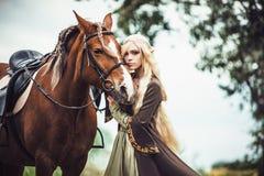 Elfenfrau im Wald mit Lizenzfreie Stockfotografie