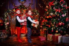 Elfes avec des présents Photographie stock libre de droits