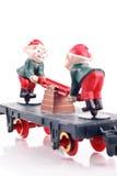 Elfes de jouet sur la cambuse de train Images stock
