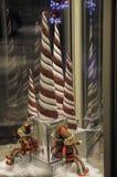 Elfes de rotation de Noël avec des cannes de sucrerie images stock
