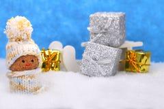 Elfes et traîneau avec des cadeaux Images libres de droits